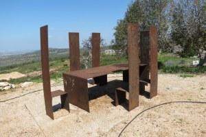 גן פסלים בכאוכב אל-היג'א - הצלחות נגנבו