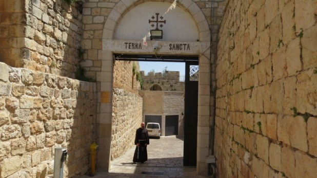 האב אלברטו בשער