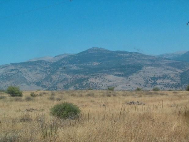 הר דב מתנשא מגובה כמה עשרות מטרים באזור נחל שניר והכפר ע'ג'ר לגובה רם של למעלה מאלף מטר צילום: תומר ש