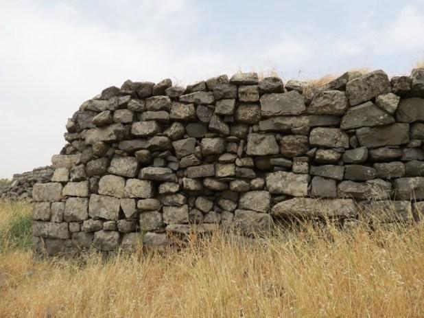 חורבת פארג' - אבן עתיקה למטה, אבן ישנה למעלה