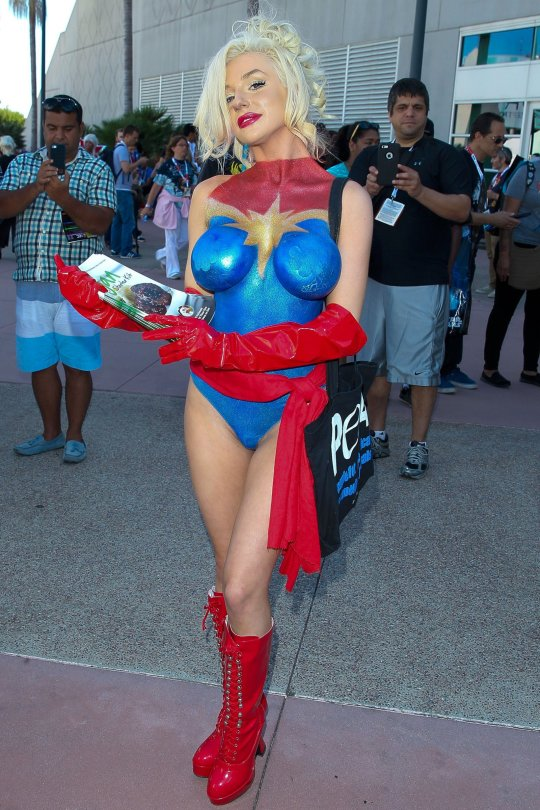 Courtney stodden 5 hot celebs home for Comic con body paint