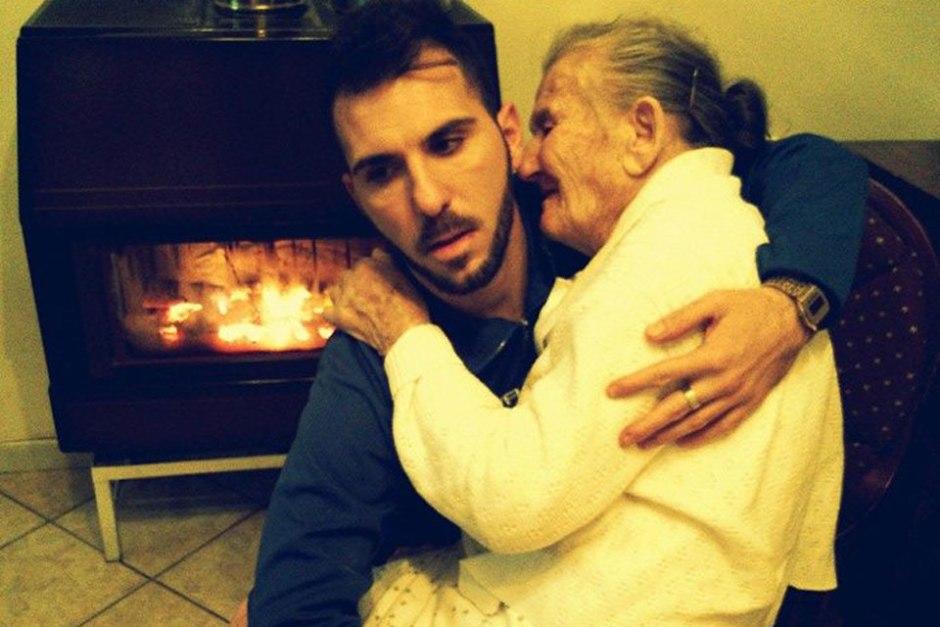 La foto del joven italiano con su abuela en brazos se convirtió en el primer hecho viral de 2015