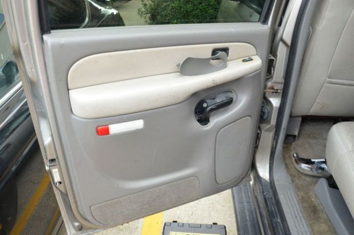 Homem vai consertar a porta de um carro e se surpreende com o que encontra
