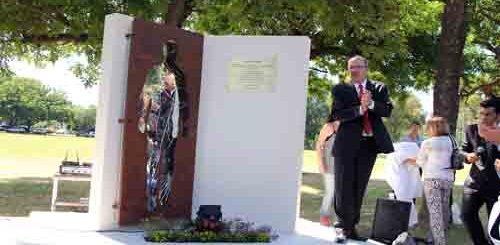El presidente del INTA, Francisco  Anglesio presenta el monumento que recuerda a los trabajadores  desaparecidos