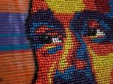 Современное искусство: портреты известных людей из канцелярских кнопок (1)