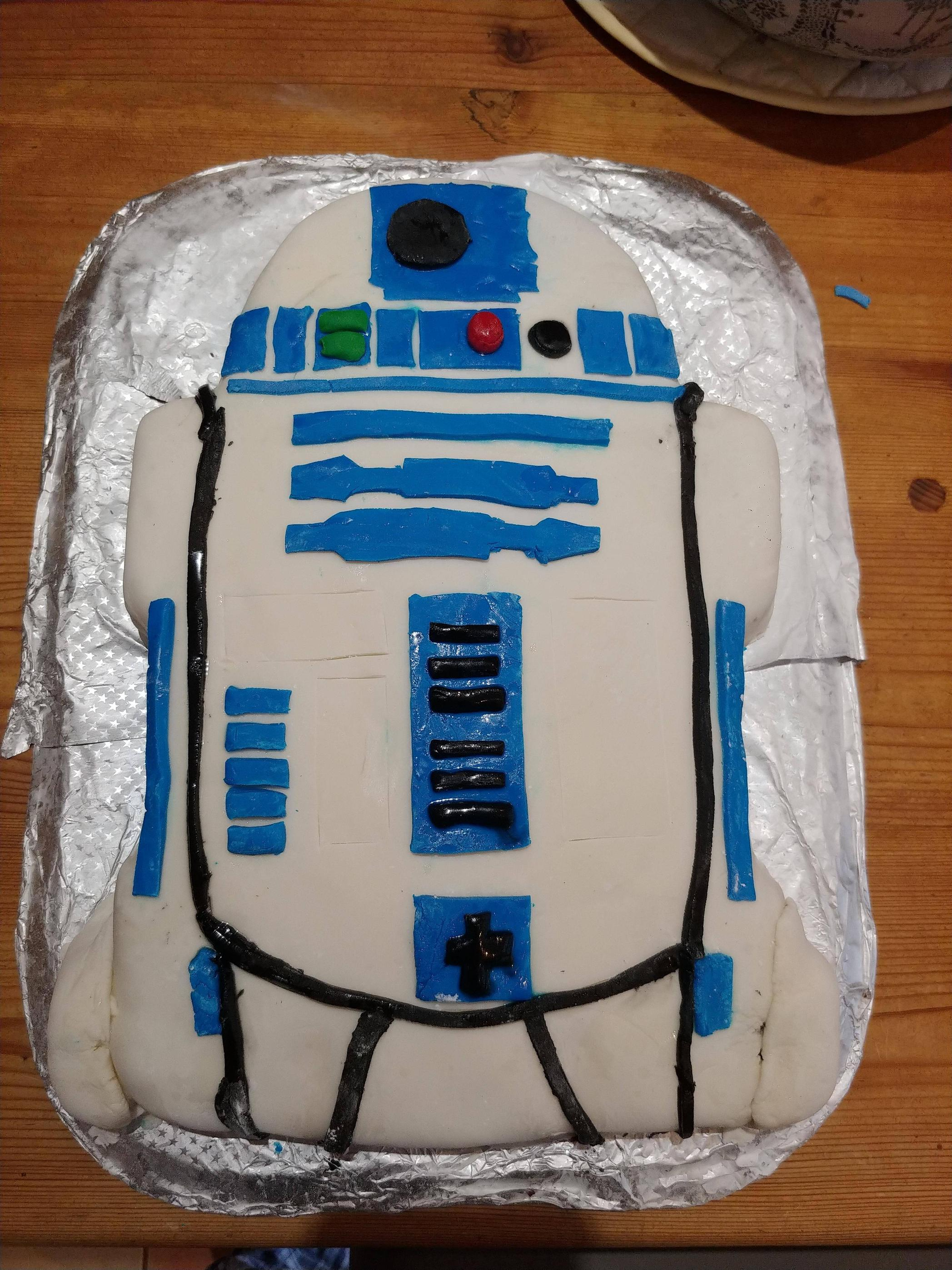 I made an R2-D2 cake for my girlfriend\'s surprise birthday party