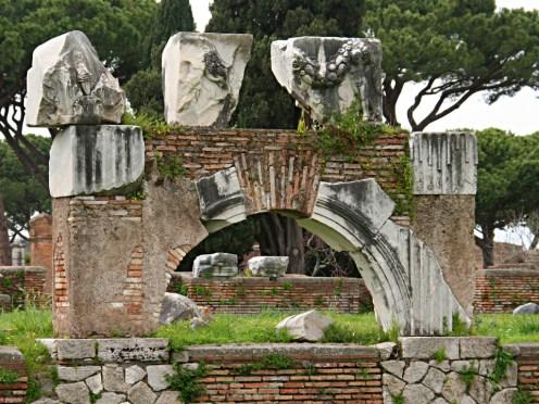 frammenti della decorazione marmorea della basilica