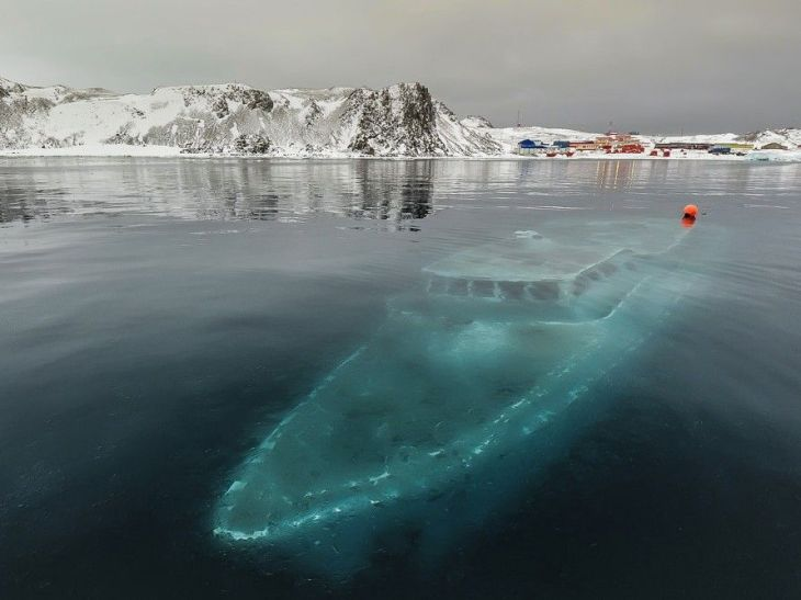 this-photo-of-a-sunken-yacht-in-antarctica-is-haunting