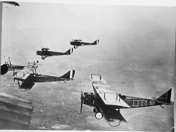 Public_Domain_Pictures_WWI_British_Aircraft_Flying_Formation-1