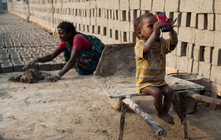 finalist-this-indian-woman-works-her-traditional-daily-job-while-her-son-plays-with-new-technology