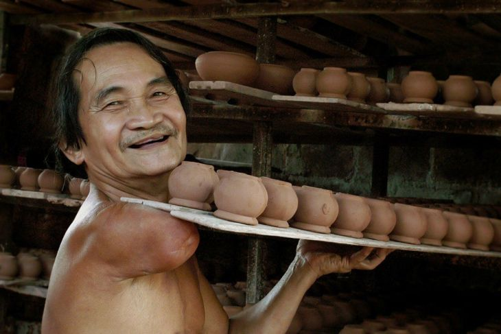 finalist-this-vietnamese-man-may-have-lost-an-arm-but-he-still-makes-pottery-to-support-his-family