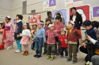 オープニング, ♪あかりをつけましょ ぼんぼりに~♪。 子育てサークルの子どもたちの元気な歌声で開幕!