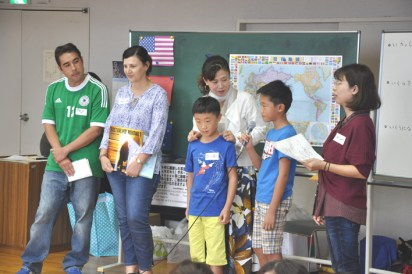 "Alan (USA), Alison (Australia), Tieiki and her sons (China) introduced their countries. Some of the children expressed surprise. ""What? Right now in the US it's the middle of the night?"""