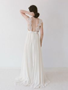 We're swooning for the straps on this gorgeous gown, it really sets the scene for something special.