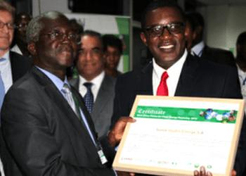 Solomon Asamoah, vice-président, infrastructure, secteur privé et intégration régionale, de la BAD félicite Alain Ekolan Etty (à gauche)