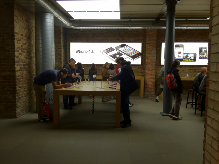 Apple store  Apple to officially announce the iPhone trade-in program iphone 4s apple store1