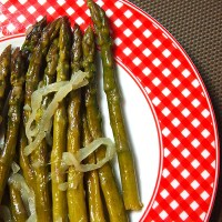 Asparagus with onion and white wine