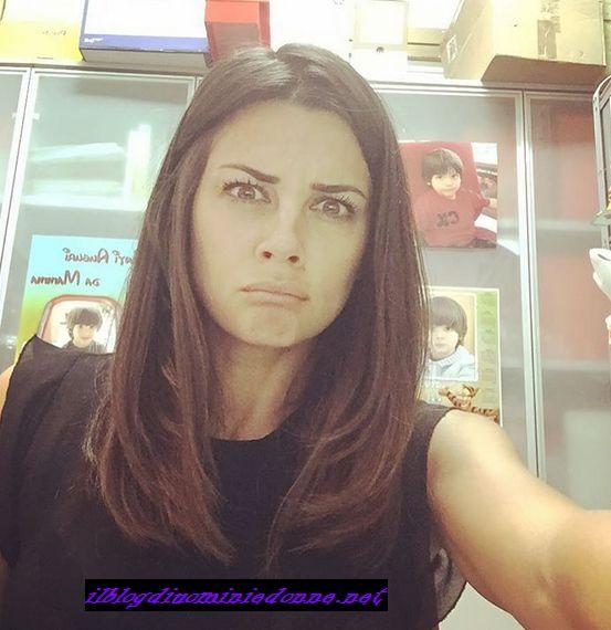 Serena Enardu selfie in ufficio