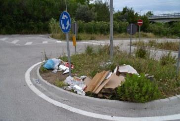 Parcheggio in località San Nicola tra sterpaglie e immondizia