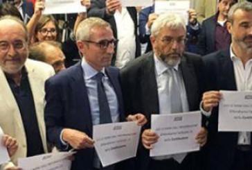 """""""Giù le mani dall'informazione"""", oggi il flash mob"""