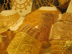 Gold prices fall due to low demand even as silver sales pick up