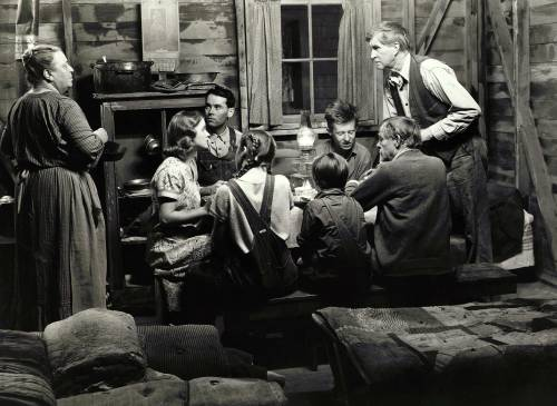 Editorial use only. No book cover usage. Mandatory Credit: Photo by 20th Century Fox/Kobal/Shutterstock (5885891az) Jane Darwell, Bowdon. Dorris, John Carradine, Russell Simpson The Grapes Of Wrath - 1940 Director: John Ford 20th Century Fox USA Scene Still Steinbeck, John Drama Les Raisins de la colère