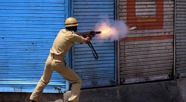 La violenza dilaga a Srinagar dopo l'uccisione di un ragazzo. Imposto il coprifuoco