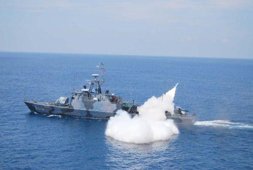 KRI Layang 635 saat menembakkan rudal C-802.