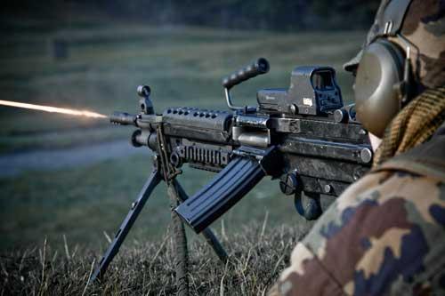 Minimi juga dapat dipasangi magasin M16, seperti pada foto.