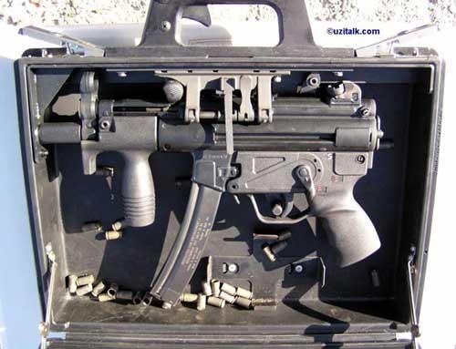 Tampilan detail bagian dalam koper dan MP5K.