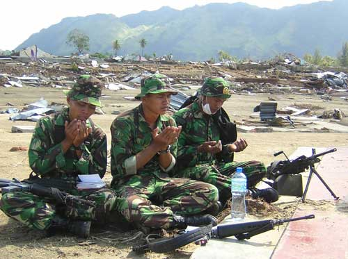Pasca Tsunami di Aceh, terlihat pasukan TNI dengan Minimi-nya (paling kanan).