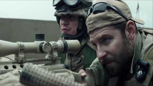 """Bradley Cooper dalam film """"American Sniper,"""" nampak beraksi dengan spotter."""