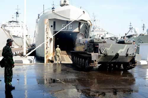 Pansam BTR-50 melaksanakan embarkasi ke tank deck LST.