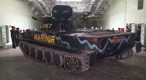 Uji turntable dengan tank PT-76 di KRI Teluk Bintuni 520.