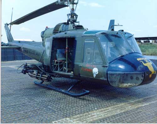 UH-1B Huey Gunship yang digunakan dalam Perang Vietnam.