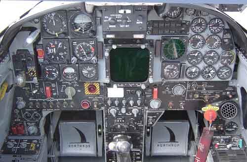 Tampilan dashboard kokpit F-5E Tiger II.
