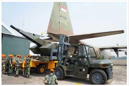 Loading Oerlikon Skyshield TNI AU ke dalam ruang kargo C-130 Hercules TNI AU.