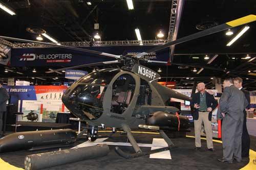 MD530G memeng helikopter yang tak hanya ringan, tapi juga mini, sebagai perbandingan adalah postur orang yang berdiri disampingnya.