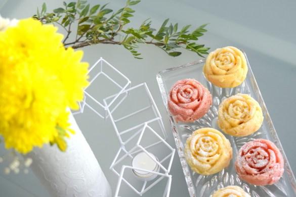 Vegane Zitronenmuffins zum Muttertag mit roter Lebensmittelfarbe in Blumenform.