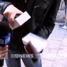 Australiano compra o primeiro iPhone 6 e deixa cair no chão.