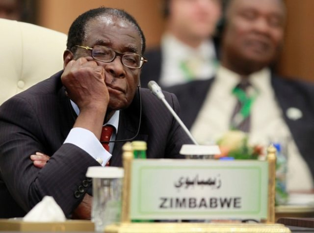 En los últimos años, la imagen de Mugabe durmiendo se volvió una escena repetida en actos públicos (Reuters)