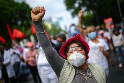 Las muertes se dieron de la siguiente manera: 41% fue en el área de enfermería, 29% en doctores y doctoras, 27% en sectores variados, 2% en laboratoristas y 1% en dentistas. (Foto: Reuters/Edgard Garrido)