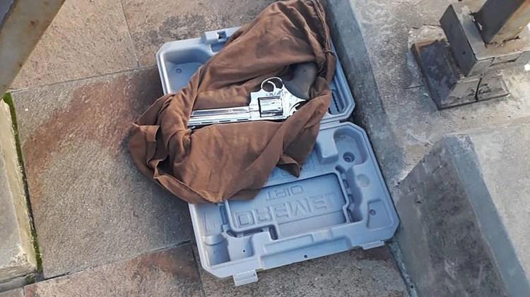 El arma que se encontraba dentro del portafolio. Tiene el número de serie limado