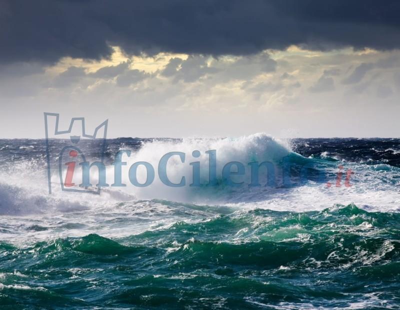 Maltempo Cosenza: barca a vela contro gli scogli, un disperso a Cetraro