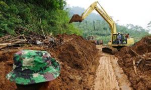 Alat berat pun sudah mulai membersihkan material longsor di Pasaman Barat yang menimbun jalan Kelok Kaco yang merupakan jalan penghubung antara Pasaman Barat dengan Medan, Sumatera Utara.