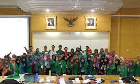 Peserta magang LP2I Fakultas Matematika dan Ilmu Pengetahuan Alam (F-MIPA) Universitas Andalas Padang, berfoto bersama usai pembekalan menulis kreatif, Ahad (13/9), di Gedung Seminar F kampus itu. (Foto: Ist.)