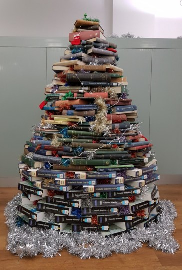 Raymodraco (20 de diciembre de 2016). The christmas tree in the library, University of Southampton. Very nice. [Tweet Post]. Recuperado de https://twitter.com/Raymodraco/status/811320736614928384