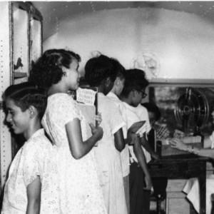 Niños y adultos en la Biblioteca Carnegie, San Juan, PR.
