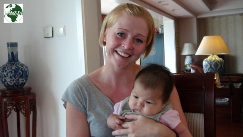 Lisbeth med en af Thai pigerne 2 md. gamle datter