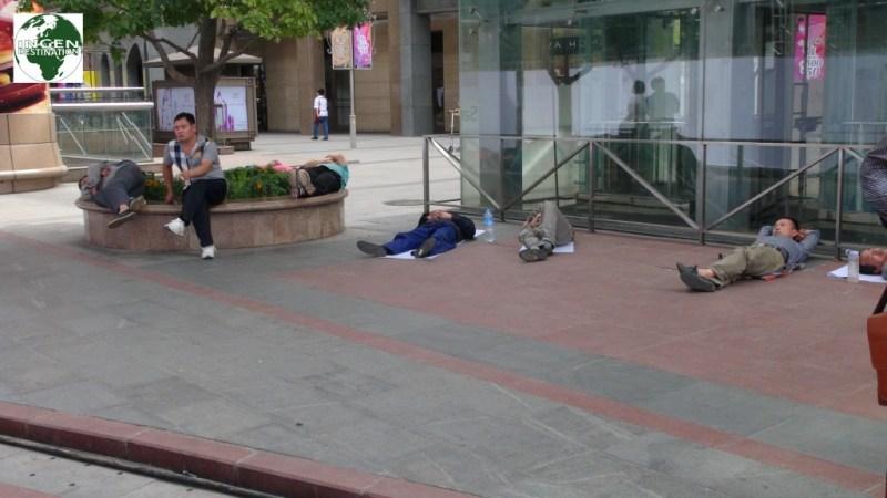 Alle håndværkere vi har set, ligger og sover omkring middag, uanset hvor de befinder sig.